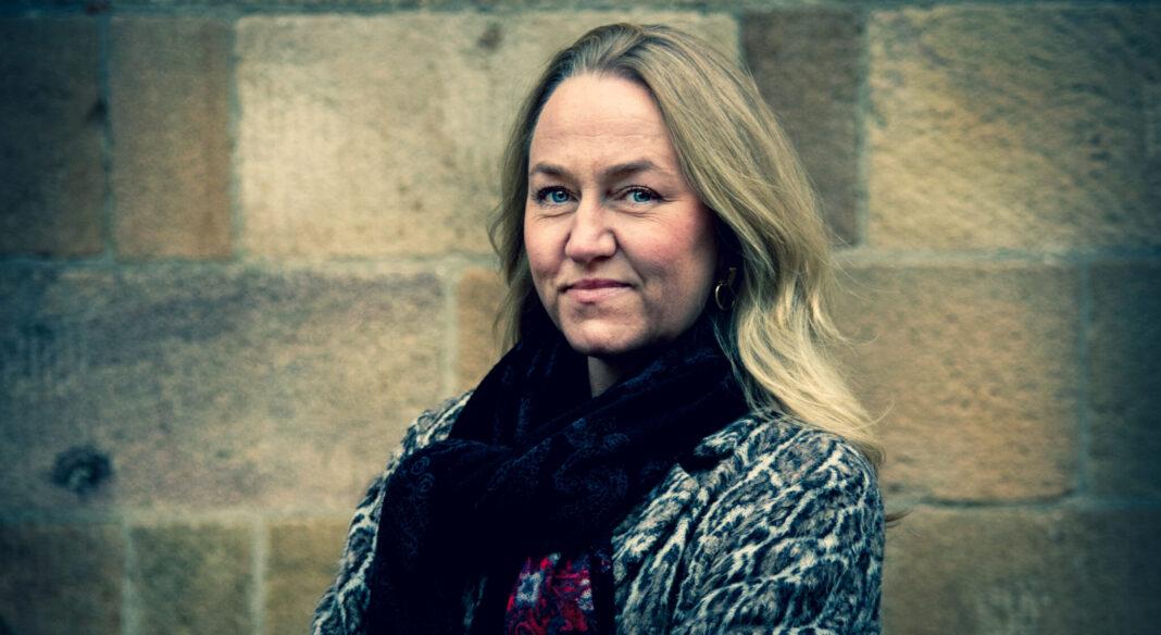 Maria Suner Fleming vd för Svemin står utanför ett kontor