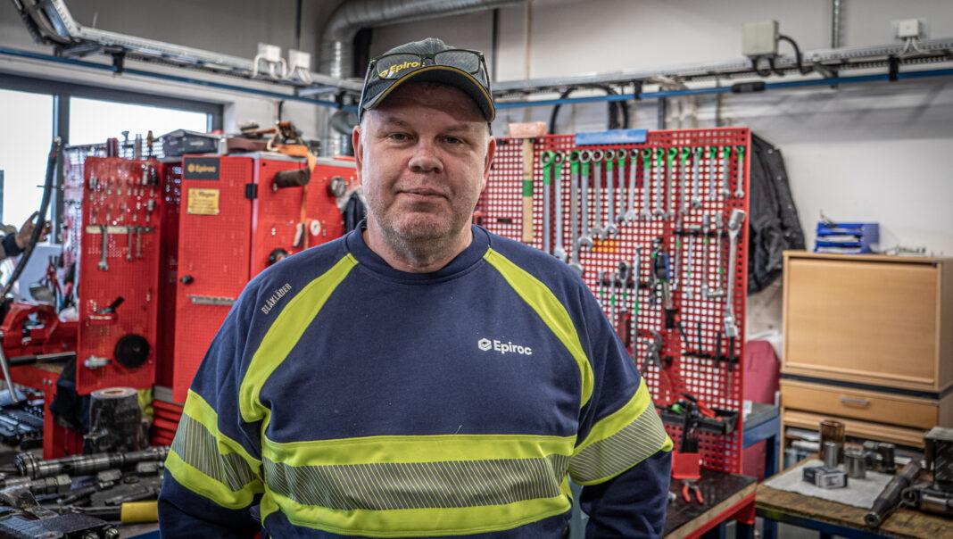 Peter Backman står i borrmaskinsverkstaden på Epiroc i Slagsta med verktygen i bakgrunden
