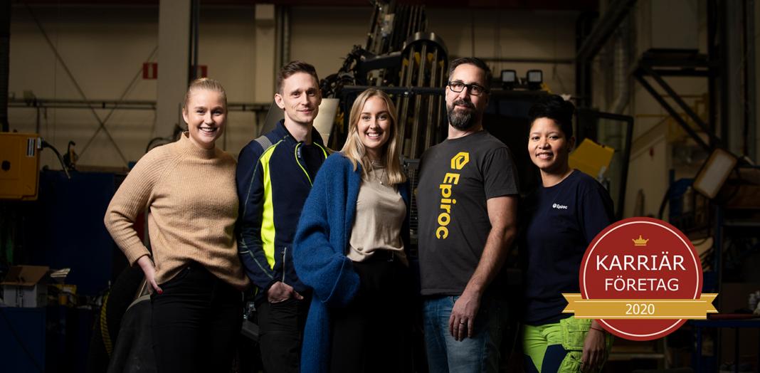 Sveriges mest attraktiva arbetsgivare Anställda på Epiroc står framför en gruvtruck med anlednin av karriärföretag 2020
