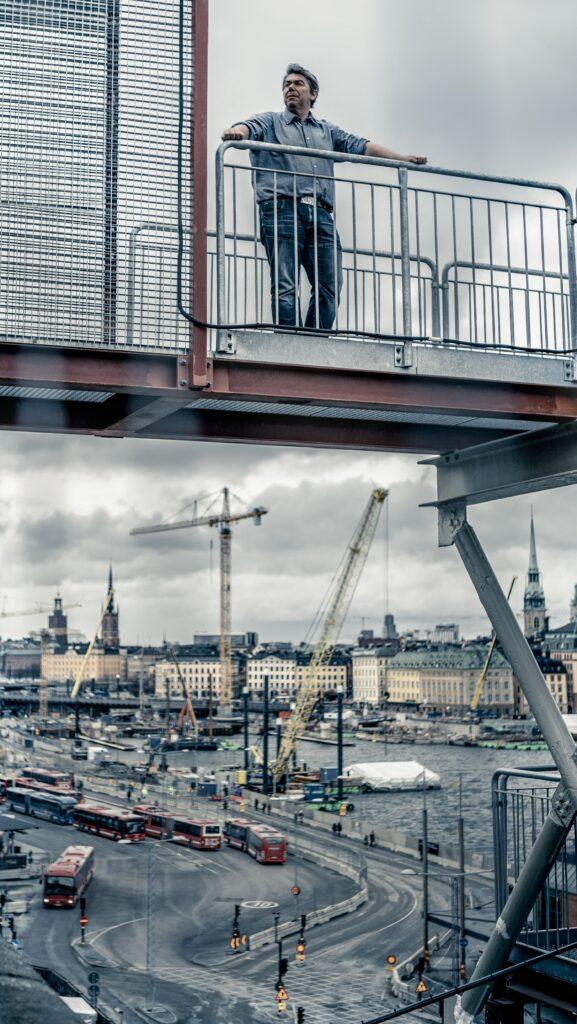 Rickard Karlzén blickar ut över slussenprojektet