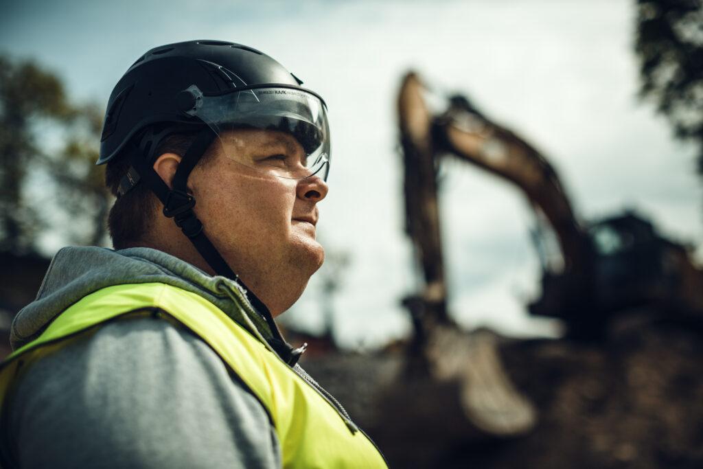 Arbetsledaren Anders står vid Skurubron i bakgrunden en grävskopa