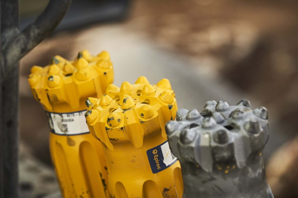 Borrstål från Epiroc på rad redo att producera effektiva borrmeter hos Stephen & Glenn Bergboring AB