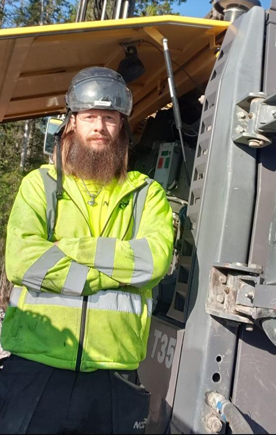 Anders Nilsson står vid sin Borrvagn en SmartROC T35