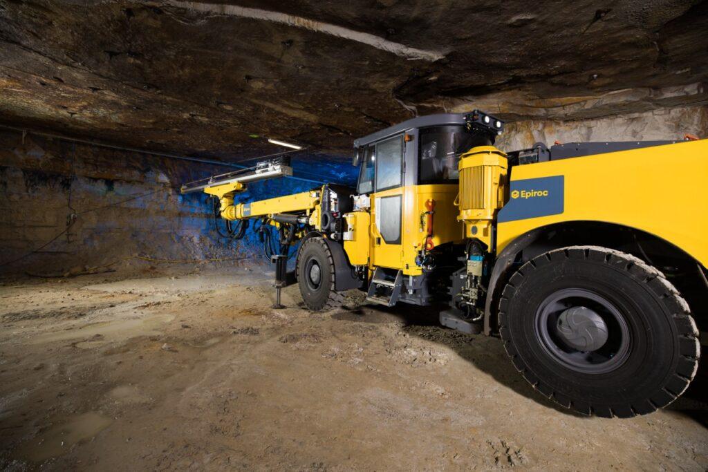 En klimatsmart gruvmaskin Epriroc Boomer E2 Battery borrar i en gruva