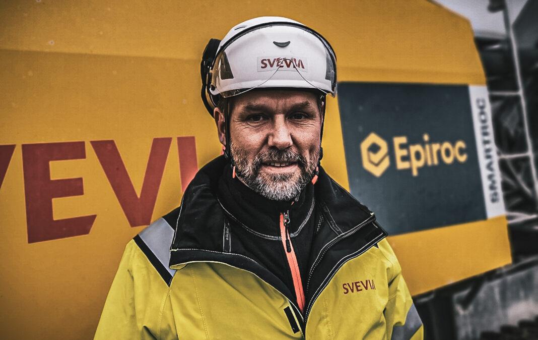 Jimmy Andersson från Svevia står framför en Epiroc SmartROC