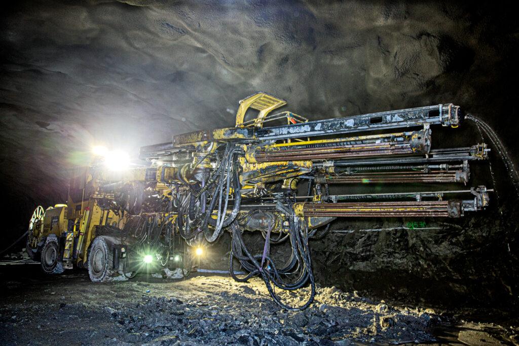 En äldre borrigg lyser upp tunneln som ska bli Förbifart Stockholm