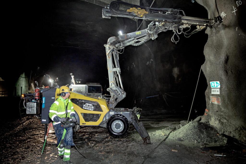 En FlexiROC T20 i tunneln som ska bli Förbifart Stockholm
