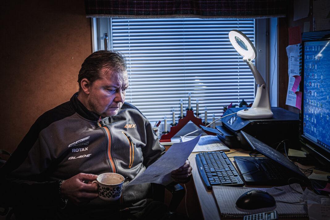 Fredrik Johansson sitter framför datorn och studerar en borrplan