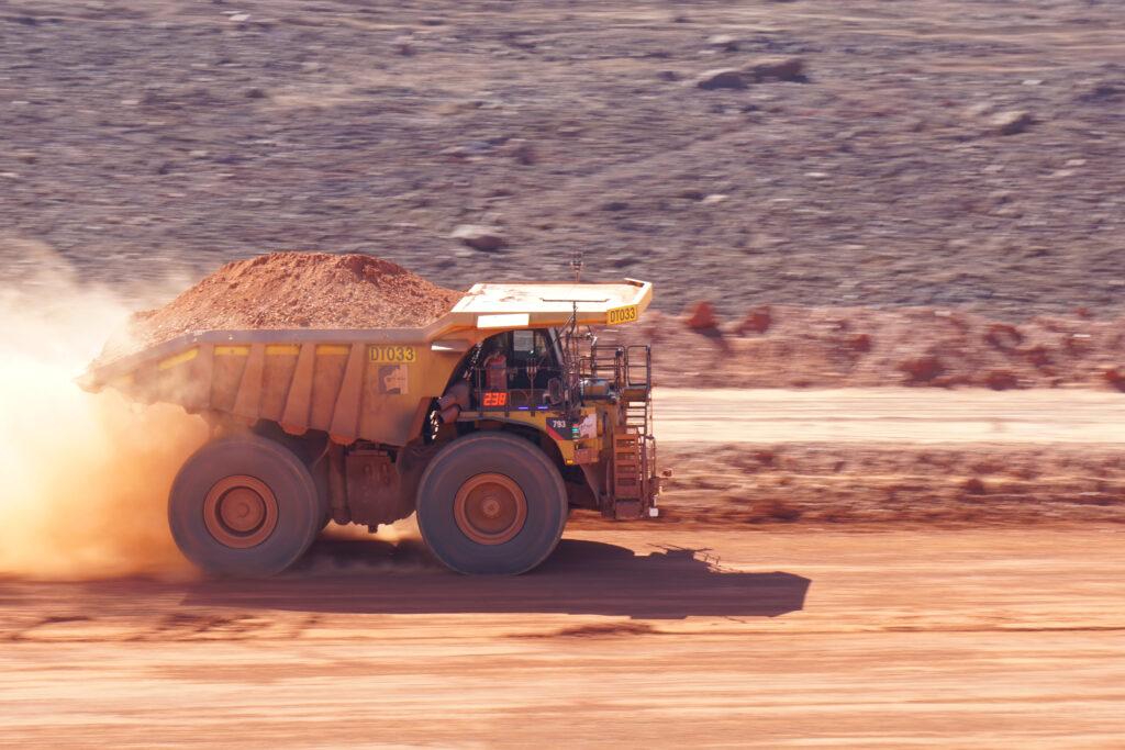 En gruvtruck ses från sidan då den rullar fram med hjälpa automation från Epiroc och ASI Mining