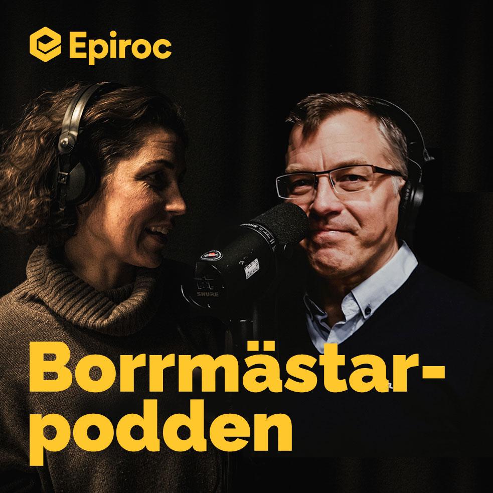 Två personer pratar in i en mikrofon. Texten Borrmästarpodden syns med gul text i bildens nedre del