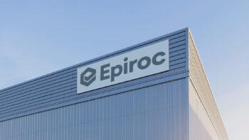 En lagerbyggnad med en skylt där det står Epiroc på hörnet